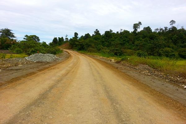 Jalan tambang Bintang Delapan, berujung di Desa Fatufia, sebagai kantor lapangan dan pelabuhan. Foto: Sapariah Saturi