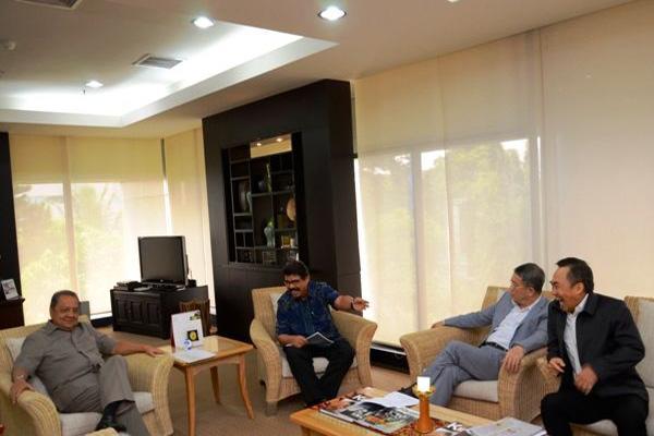 Pertemuan jajaran Sulawesi Mining Investment dengan Menteri Perindustrian MS Hidayat. Tampak Sintong Panjaitan (safari hitam) selaku presiden komisaris Bintang Delapan Grup. Foto: situs resmi Kementerian Perindustrian