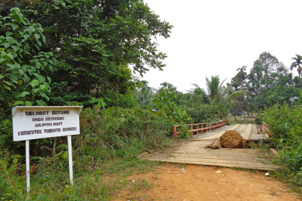 Memasuki wilayah adat Tumbang Bahanei. Warga berupaya menjaga lingkungan dan hutan mereka. Mereka juga telah menyelesaikan pemetaan wilayah adat. Foto: Indra Nugraha