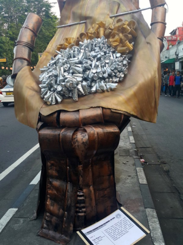 Karya seni berbentuk tangan dari limbah kaleng cat. Foto: Tommy Apriando