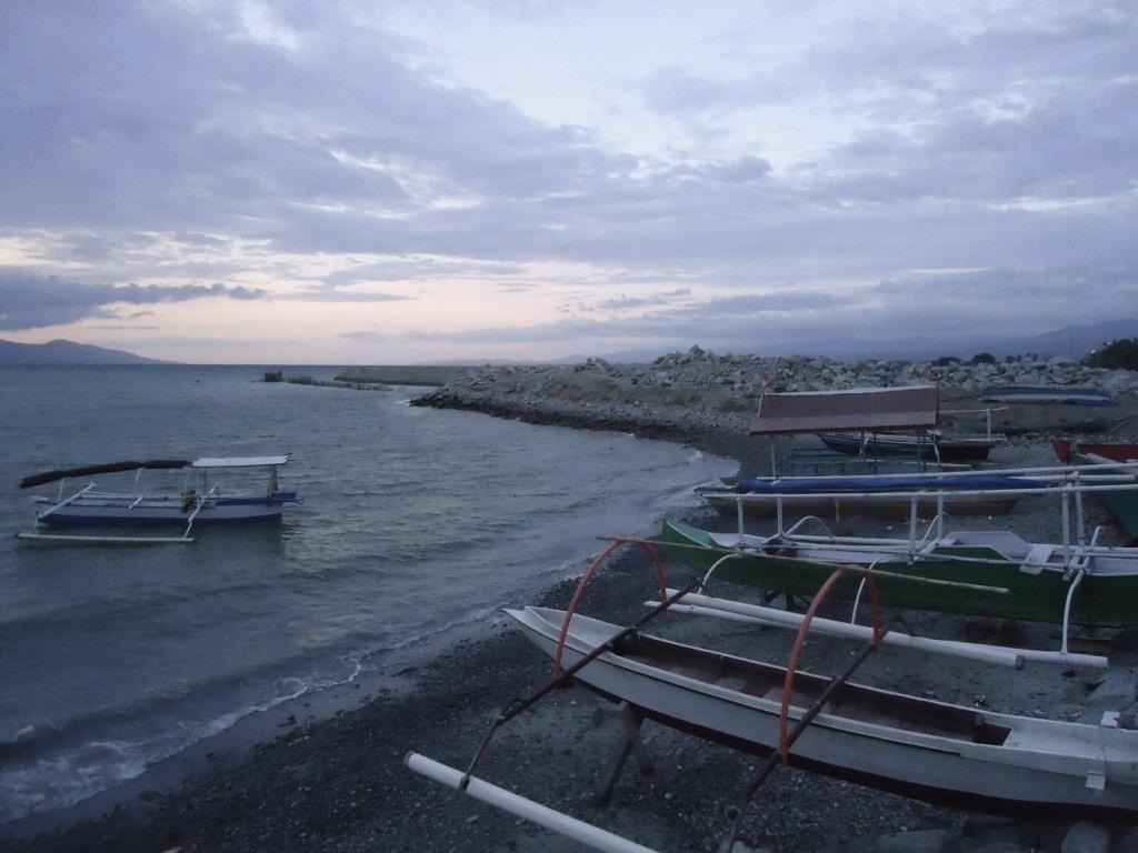 Jejeran perahu yang tertambat disebelah areal reklamasi di pantai di Teluk Palu, Sulawesi Tengah. Foto : Themmy Doaly