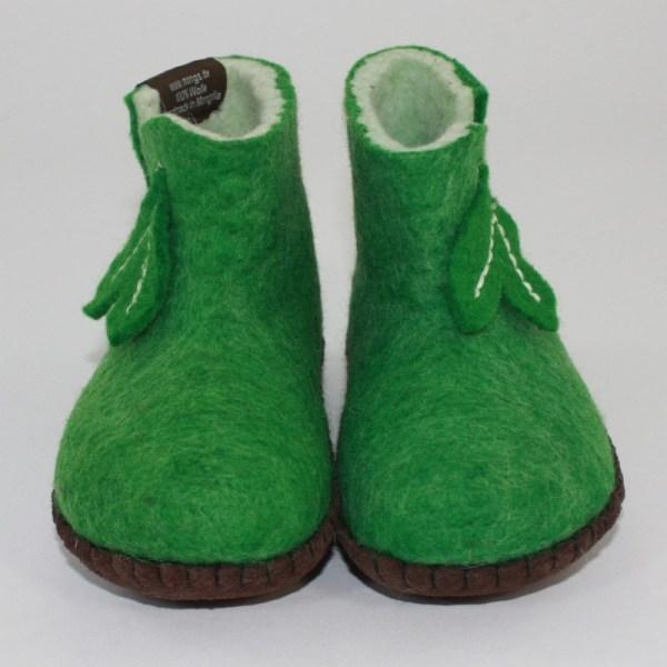 Warme Hausschuhe aus Filz mit Ledersohle für Babies und Kinder in der Farbe Grün - Baby Mongs Grün mit Blatt
