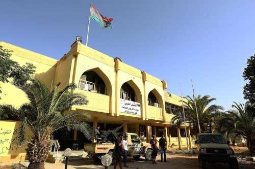 Foto de archivo de las milicias de Misrata patrullando en los alrededores de un edificio del ejército libio.