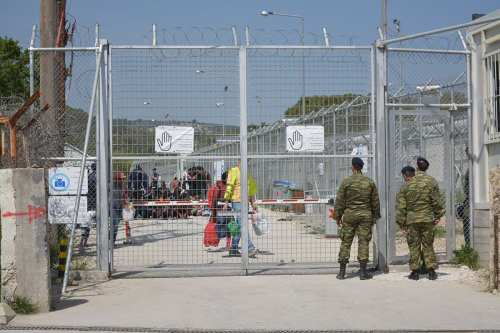 """La puerta del """"hotspot"""" de Moria. Una antigua prisión transformada en campo, transformado en centro de detención. [imágen: Henriette Johansen]"""