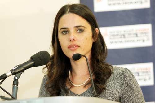 """La ministra de Justicia Ayelet Shaked describe el problema de los colonos de Hebrón no como uno de """"bienes raíces"""", sino como """"más bien un acto ideológico impulsado por el amor hacia el pueblo judío y su tierra."""""""