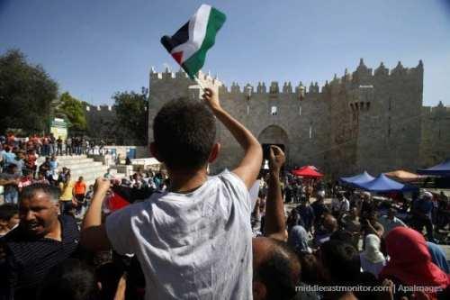 Manifestantes palestinos en la Ciudad Vieja de Jerusalén frente a la Puerta de Damasco.