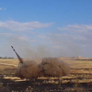 20160506_Syrian-Rebels-load-up-rocket-launchers-and-fire-against-regime-forces-in-aleppo-4