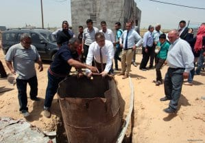 Peter-Mollema-from-Netherlands-visits-Dutch-water-project-in-Gaza-farms-May-2-2016-003