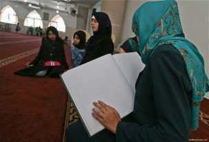 Gaza-blind-and-deaf-children-haste-to-learn-reading-Qur'an-in-RamadanL006