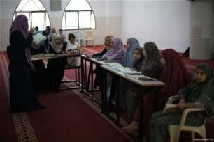 Gaza-blind-and-deaf-children-haste-to-learn-reading-Qur'an-in-RamadanL011