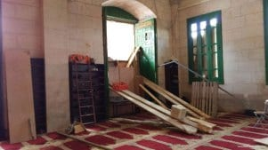 Palestinian-youth-create-barricad-at-aqsa-after-Israeli-forces-clash-during-ramadan-2016-1