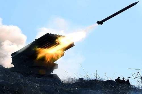 Rebeldes sirios de la 13ª división disparan fuego de artillería contra la región bajo control del régimen de Nubul y Zahra, en la región de Alepo.
