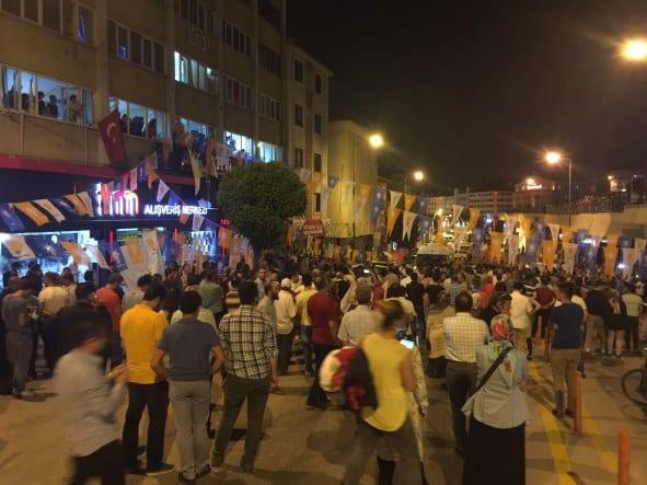 BOLU, TURQUÍA 15 DE JULIO: Miles de personan reaccionan ante el levantamiento de una parte del ejército. ( Mehmet Emin Gürbüz - Anadolu Agency )