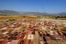 ANTALYA, TURQUÍA: Diferentes tipos de alfombras son expuestas al sol para conseguir el color deseado en la turística provincia del sur turco de Antalya