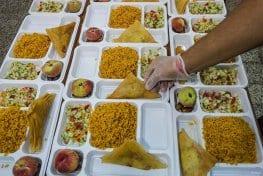 KAIRUÁN, TÚNEZ: Un grupo de jóvenes voluntarios prepara comidas para más de 300 familias sin recursos de la zona