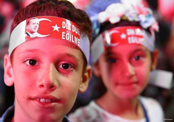 ANKARA, TURQUÍA: Dos niños posan en una concentración ciudadana de rechazo al fallido golpe militar de Turquía del 15 de julio, en la plaza Kizilay de Ankara.