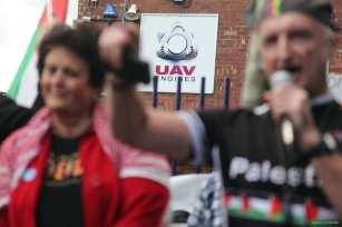 """Activistas participando en el bloqueo del """"Big Ride"""" en una filial de Elbit Systems en el Reino Unido. Imagen tomada el 8 de agosto de 2016"""