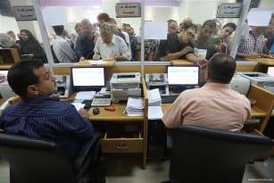 Qatari-grant-pays-Gaza-employees-their-salaries-at-Palestinian-post-06