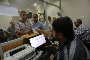 Qatari-grant-pays-Gaza-employees-their-salaries-at-Palestinian-post-09