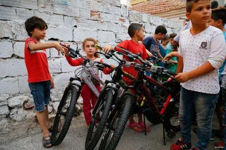 IZMIR, TURQUÍA: Niños sirios refugiados en Turquía reciben sus bicis nuevas para disfrutar.