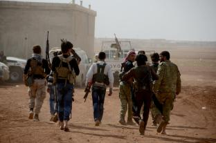 """-1Miembros del Ejército Libre Siriose en su camino hacia Turkmenistán Barih pueblo cerca de la ciudad Cobanbey durante la """"Operación Escudo Eufrates"""" en Alepo, Siria, el 4 de octubre de 2016. La operación anti-Daesh llamada """"Escudo Eúfrates"""" que fue lanzada el agosto 24, tiene como objetivo mejorar la seguridad, el apoyo a las fuerzas de coalición, el apoyo a la integridad territorial de Siria y la eliminación de la amenaza terrorista en la frontera de Turquía a través de los combatientes del Ejército sirio Libre (FSA), provistos de armaduras turcos, artillería y aviones. ( Huseyn Nasir, Agencia Analodu."""