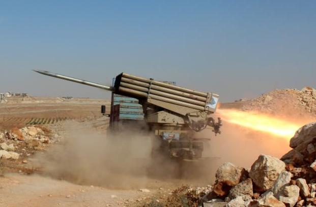 """Los miembros del grupo de la oposición siria ataca con misiles a las fuerzas del régimen de Assad durante una operación llamada """"conquista de Alepo 'alrededor del pueblo de Baskoy en Alepo, 4 de Octubre de 2016. (Mustafa Sultán, Agencia Analodu)."""