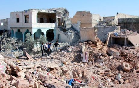Alepo, Siria, 17 de Octubre. Supervivientes a los ataques aéreos de fuerzas extranjeras transportan los cuerpos de las víctimas. (Ahmed Al Ahmed, Agencia Anadolu)