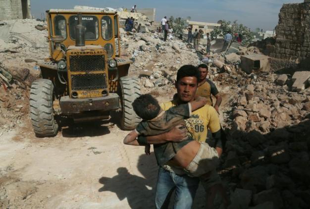 Alepo, Siria 17 de Octubre. Sirios sacan a niños de los escombros tras ataques aéreos de las potencias extranjeras. ( Ahmed al Ahmed, Agencia Anadolu).