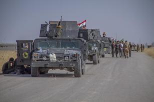 Mosul, IRAK - 18 de octubre: equipos antiterrorismo vinculados al gobierno iraquí mantienen sus posiciones a medida que despliegan vehículos blindados en Bartella ciudad de Mosul, Irak el 18 de octubre, el año 2016 durante la operación para volver a tomar Mosul de Irak de Daesh. (Muhammed Bamerni - Agencia Anadolu)