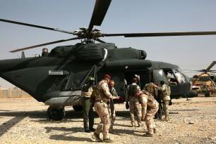 Helicópteros militares transportan tropas de la coalición de la sede Nínive Operaciones Comando común a varias partes de Mosul, el 19 de octubre de 2016.