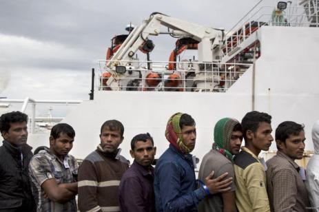 """Refugiados después de la llegada del buque guardacostas """"Bruno Gregoretti"""" a puerto de Nápoles el 23 de octubre de 2016 [Alessio Paduano / Anadolu]"""