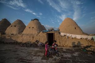 SANLIURFA, TURQUÍA. Una niña juega delante de unas casas de cúpulas cónicas construidas hace más de 250 años.