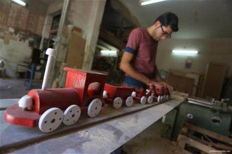 gazan-makes-creates-wooden-toys-for-living-17