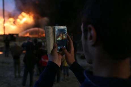 Los bomberos intentan apagar el fuego de los pozos de petróleo incenciados por Daesh ( Yunes Keleç- Agencia Analodu).