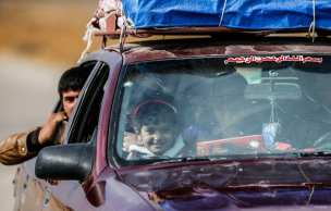 Refugiados internos que huyen de los pueblos y vecindarios del este de Mosul llegan a un punto de control cuando la operación para liberar a Mosul de Daesh continúa el 8 de noviembre de 2016.
