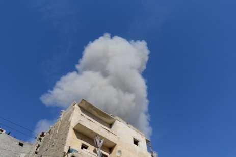 El humo y las ruinas que dejan los ataques aéreos en Siria. 21 de Noviembre [Jawad al Rifai/ Agencia Anadolu]