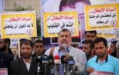 CIUDAD DE GAZA, GAZA - 22 DE NOVIEMBRE: Ahmad al-Mudellel (C), uno de los líderes del Movimiento de la Yihad Islámica en Palestina, habla a la prensa durante una manifestación para mostrar solidaridad con los prisioneros palestinos en las cárceles israelíes frente al Alto Comisionado de las Naciones Unidas Edificio en la ciudad de Gaza (Agencia Ashraf Amra - Anadolu)