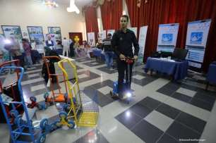 GAZA- Los palestinos participan en una exposición tecnológica financiada por el Banco Islámico de Desarrollo en Jeddah, en la Universidad Islámica de Gaza