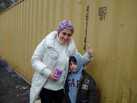 Un niño de ocho años junto a su madre en Calais, después de su tratamiento dental.