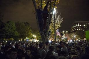 WASHINGTON: Las masas colman la Avenida de Pensilvania para unirse a la multitud de partidarios de Trump y Clinton concentrados frente a la Casa Blanca en espera de los resultados electorales. (Samuel Corum/Agencia Anadolu)