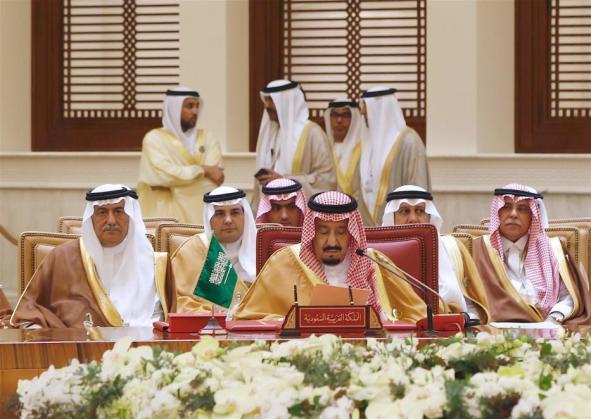MANAMA, BAHREÍN - 7 DE DICIEMBRE: Rey de Arabia Saudí, Salman bin Abdulaziz Al Saud (C) asiste a la sesión de clausura de la 37ª Cumbre de Líderes por los Estados miembros del Consejo de Cooperación del Golfo en el Palacio Al-Sakhir de Manama, Bahrein. (Stringer - Agencia Anadolu)