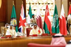 MANAMA, BAHREÍN - 7 DE DICIEMBRE: El Rey de Bahrein, Isaac Al Khalifa (R), asiste a la sesión de clausura de la 37ª Cumbre de Líderes de los Estados miembros del Consejo de Cooperación del Golfo en el Palacio Al-Sakhir de Manama, Bahrein, el 7 de diciembre de 2016. Stringer - Agencia Anadolu)