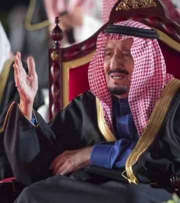 El Rey de Arabia Saudí, Salman bin Abdulaziz Al Saud se reúne con el Rey de Bahrein, Hamad bin Isa Al Khalifa en el Palacio de Al-Sakhir en Manama, Bahrein el 7 de diciembre de 2016 [Bandar Algaloud / ]