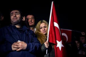 La gente se reúne para conmemorar a las víctimas de los ataques terroristas de ayer de Estambul el 11 de diciembre de 2016 en el sitio de la explosión en Estambul, Turquía [Arif Hüdaverdi Yaman / Anadolu Agency]