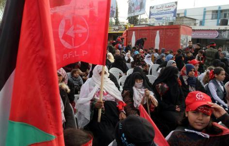 RAFA, GAZA - 13 DE DICIEMBRE: Los palestinos se reúnen para asistir a una manifestación conmemorando el 49 aniversario de la fundación del Frente Popular para la Liberación de Palestina (FPLP) en Rafah, Gaza el 13 de diciembre de 2016. (Abed Rahim Khatib - Agencia Anadolu)