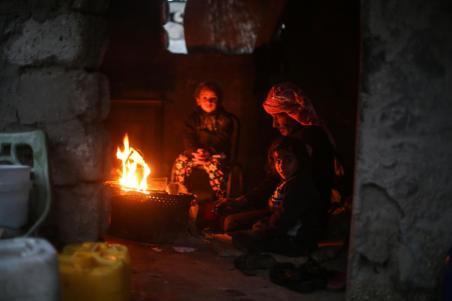 KHAN YUNIS, GAZA - 14 DE DICIEMBRE: Los vecinos del barrio de El-Zohor en la ciudad de Khan Yunis en la Franja de Gaza se enfrentan a condiciones difíciles bajo el frío el 14 de diciembre de 2016. La economía y sus condiciones de vida son cada vez peor debido al embargo de Israel a Gaza. (Mustafa Hassona - Agencia Anadolu)
