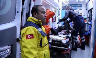 HATAY, TURQUÍA - 15 DE DICIEMBRE: Los civiles heridos y evacuados huyeron de Alepo, están siendo hospitalizados en un hospital en el distrito de Reyhanli, 2016. (Agencia Burak Milli - Anadolu)