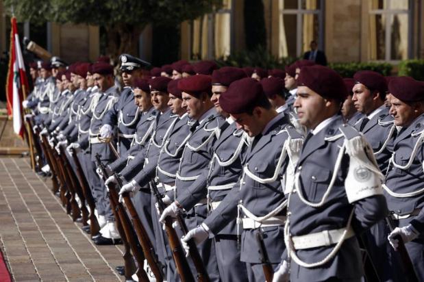BEIRUT, LÍBANO - 20 DE DICIEMBRE: Soldados durante una ceremonia de toma de posesión en el palacio del gobierno donde el recién nombrado primer ministro libanés Saad al-Hariri asumió formalmente sus responsabilidades ministeriales el 20 de diciembre de 2016 en Beirut, Líbano. (Ratib Al Safadi - Agencia Anadolu)