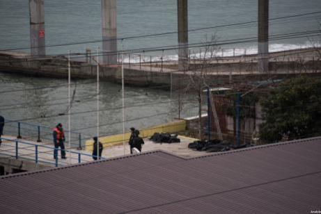 Fuerzas de salvamento y militares rusas realizan tareas de rescate buscando supervivientes en los alrededores del lugar del siniestro en el Mar Negro. El avión ruso accidentado transportaba a integrantes del Coro del Ejército Rojo. (Ekateryna Lizlova/ Agencia Anadolu)