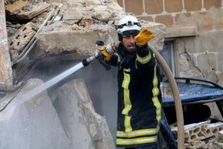 ALEPO, SIRIA - 29 DE DICIEMBRE: Los miembros del equipo de la defensa civil trabajan alrededor de los restos de edificios derrumbados socorriendo a la gente después de un ataque del coche bomba en el districto Soran controlado oposición de Alepo, Siria el 29 de diciembre de 2016. (Majd al Halebi - Agencia de Anadolu)